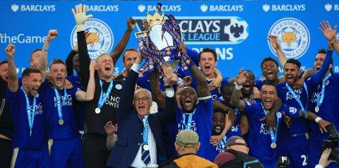 SUKSESSMANAGER: Mai 2016: CLaudio Ranieri og Leicester-spillerne jubler over Premier League-gullet. Mindre enn ett år senere var italieneren ferdig som manager i klubben.
