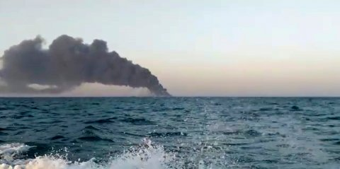 Røyken steg opp fra forsyningsskipet Kharg som brant før det sank i Omanbukta onsdag. Foto: Asriran.com / AP / NTB