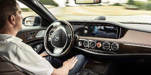 SELVKJØRENDE: Den selvkjørende bilen er ikke bare sci-fi. Det er ikke lenger et spørsmål om den kommer, men når. Ennå gjenstår mye testing, utvikling og kalibrering før den selvkjørende bilen kan slippes helt løs. Bildet er fra en test med en selvkjørende S-klasse. Legg merke til nødstoppbryteren på dashbordet