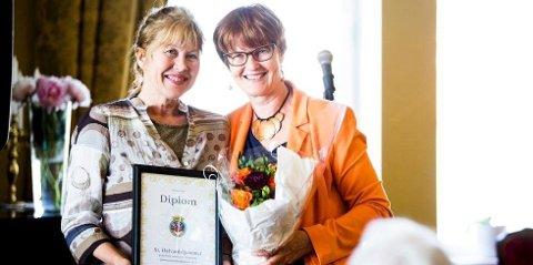 Daglig leder av St. Halvardshjemmet, Gunvor Stray Nordberg mottar hedersbevis av eldrebyråd Aud Kvalbein. Foto: Halvor Solhjem Njerve