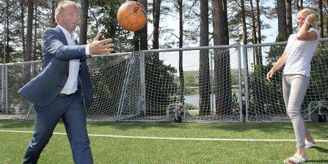 LEKTE PÅ «FORBUDT» GRUNN: Ordfører Pål Morten Borgli (Frp) og Annelin Tangen (Ap) spiller ball på TS-banen.