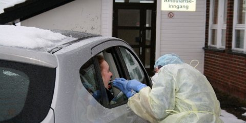 KORONA: En innbygger i en nordnorsk kommune testes for korona-smitte.