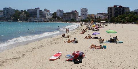 TOMT PÅ STRENDENE: Det har ikke vært mange på de spanske strendene i sommer, og i morgen kan Spania igjen bli definert som et rødt land.