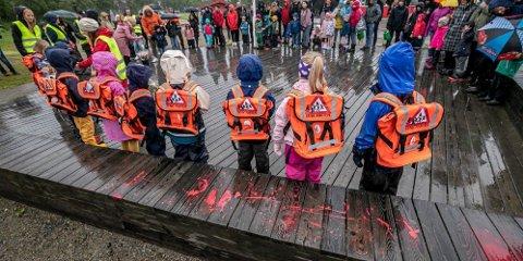 SKOLESTART: Første skoledag, en stor begivenhet i livet. Her er det seksåringer på Mortensnes skole som tar fatt på et langt og viktig utdanningsløp.