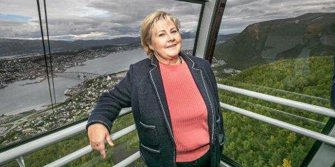 HJERTESAKER: Statsminister Erna Solberg har vunnet oppslutning på å legge bort ideologi. Et svekket Arbeiderparti har gjort Høyre modigere, skriver politisk redaktør Skjalg Fjellheim. Bildet er fra et av Solbergs besøk i Tromsø i 2019.