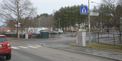 KAN FÅ NY ADKOMST: Veien inn til skolene, badet og idrettsanlegget på Manglerud foreslås nå flyttet nærmere ungdomsklubben (bak t.v.). Arkivfoto: Nina S. Olsen