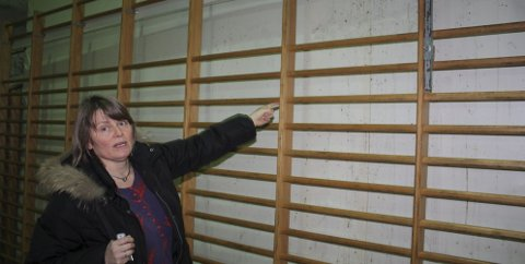 KLEMETSRUDHALLEN: Håndballmamma Ingrid Beate Opdal viste for ett år siden Nordstrands Blad rundt i Klemetsrudhallen hvor innsig av vann har ført til mugg på veggene, og gjort hallen ubrukelig for elevene ved Lofsrud skole. Foto: Aina Moberg
