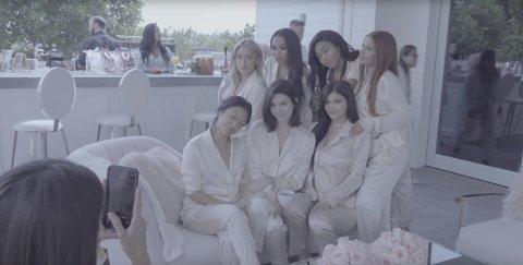 Kylie Jenner og alle vennene hennes i behind the scenes-videoen fra verdens nå mest omtalte graviditet.