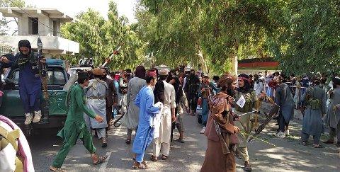Taliban-krigere og lokalbefolkning på gaten i Jalalaba-provinsen, søndag 15. august.