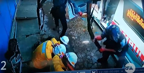 Radio Free Asia har publisert en voldelig video som viser myanmarske sikkerhetsstyrker som banker opp ambulansepersonell i Yangon onsdag. Hendelsen ble fanget opp av et overvåkningskamera.