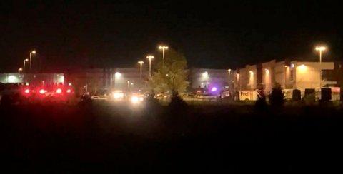 FLERE DREPT: Dette bildet er hentet fra en video som viser nødetatene på plass utenfor FedEx-anlegget natt til fredag.