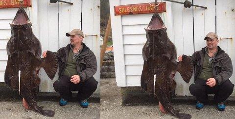 NORGESREKORD: Det var egentlig lange Karl-Olav Kjerland var på jakt etter da han sendte en egnet pilk ned i dypet utenfor Jondal søndag. I stedet knuste han norgesrekorden på breiflabb.