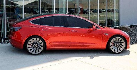 De første Tesla Model 3-modellene forventes på veien i løpet av juli 2017. Men køene er laaange. Her står en prototype utenfor Teslas kjempefabrikk i Nevadaørkenen.