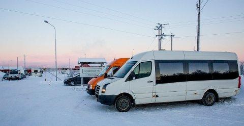 To russiske minibusser sto torsdag utenfor Vestleiren i Kirkenes. Et russisk busselskap sier norske myndigheter har klar en liste på 280 avviste asylsøkere.