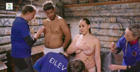 Marcus og Anna tar utfordringen og lar seg bli malt på hele kroppen i kveldens Senkveld.