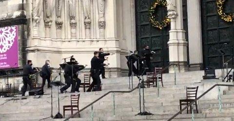 Politiet rykket raskt inn da det ble løsnet skudd ved St. John the Divine-katedralen på Manhattan søndag. Foto: Ted Shaffrey / AP / NTB