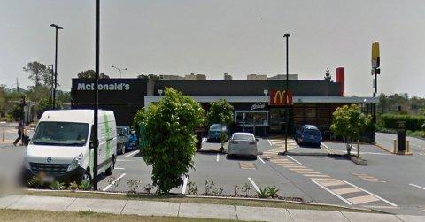 FALT NED: Kvinnen brukte en stige og klatret opp på taket av denne McDonald's-restauranten i Brisbane i Australia for å ta en sigarett. På vei ned skadet hun beinet.