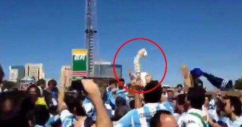 SMAKLØST: En gjeng Argentina-supportere feiret kvartfinaleseieren med en modell av en ryggsøyle, som et tydelig stikk til skadde Neymar.