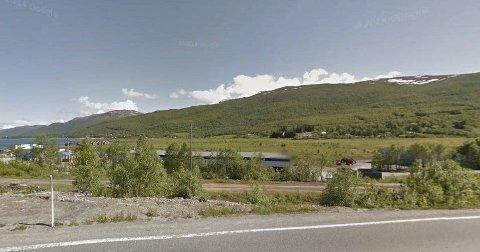 OLAVSVERN: Dette er den tidligere marinebasen Olavsvern ved Ramfjordnes utenfor Tromsø. Innenfor disse portene er det mye plass. Totalt har basen ca 45.000 kvadratmeter eiendomsmasse fordelt på 20.000 kvadratmeter bygg og et fjellanlegg på 25.000 kvadratmeter.