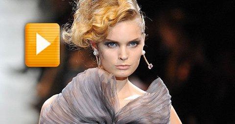 ELEGANTE KVINNER: Klassiske snitt og vakre kjoler preget Armani visningen i Paris. Se video fra visningen i saken.