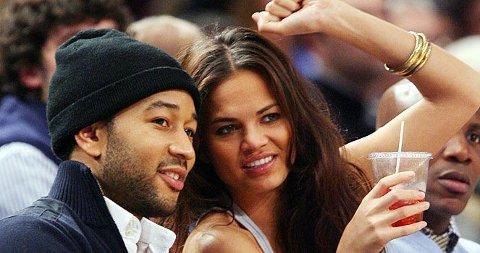 KJÆRSTER: John Legend med kjæresten Christine Teigen på kamp i USA denne månden.