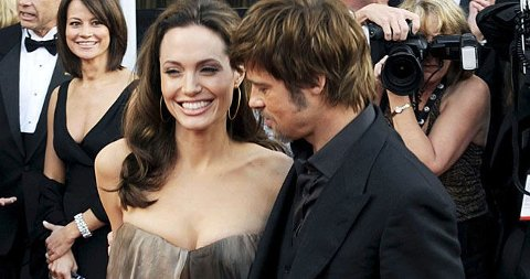 TITTER HAN PÅ MAGEN? Angelina Jolie kom i en vid kjole på den røde løper - skjuler hun magen?