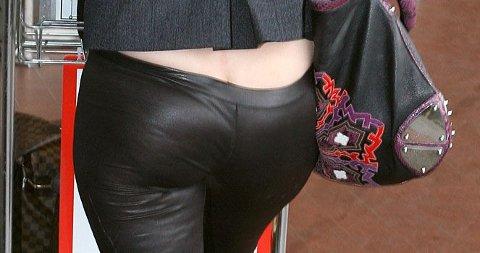TIGHTSRUMPE: Mischa Barton burde valgt en lang genser over sin skimrende tighst...(Klikk på forstørrelsesglasset for å se hele bildet).