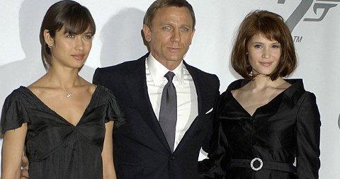 MED BOND-DAMENE: Daniel Craig er igjen klar som James Bond, og denne gangen med Bond-pikene Olga Kurylenko og Gemma Arterton (t.v).