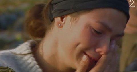 TÅRER: Silje får hilsen hjemmefra og da kommer tårene.