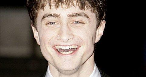 FORELSKET? Om ikke forelsket så er iallfall Daniel Radcliffe bergtatt av en jente han møtte på fest i Australia i fjor.