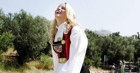 NASJONALROMANTISK? Dropp gjerne bunaden 17.mai, sier stylistene. Her artist Christine Guldbrandsen i bunad under Grand Prix i Aten i 2006.