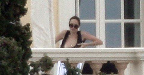 VISTE PUPPENE: Angelina Jolie pleier å være ops på fotografene, men i Frankrike lot hun hånkle falle og da ble hun selvsagt knipset...