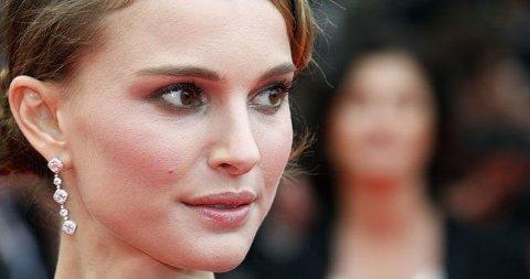 NYDELIG: Natalie Portman velger tre dråper i ærene - diamanter så klart. Elegant og vakkert. Se bilder av stjernens tilbehør nederst i saken!