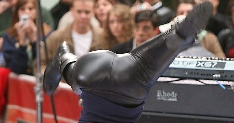 HALSBREKKENDE: Fergie slo til med å slå hjul da hun lanserte den nye tittellåten til Sex og singelliv-filmen i New York. (Klikk på forstørrelsesglasset for å se hele bilde).