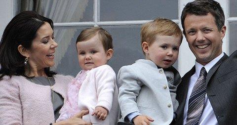 FEIRET AV DANMARK: Danskene hyllet sin kronprins Frederik da han fylte 40 år 26.mai. Til helgen er det klart for fest og det norske kronprinsparet er på plass.