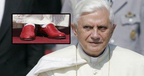PRADA? Det har lenge ryktes at det er en moteriktig pave som styrer Vatikantet og den katolske verden. Men de røde skoene er altså ikke signert Prada.