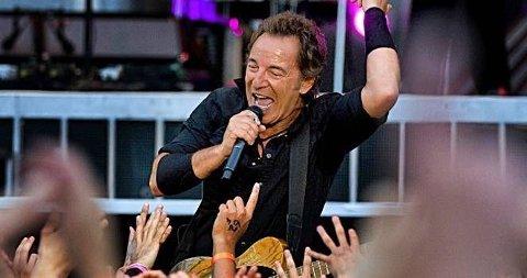 SMILTE BREDT: Bruce Springsteen kunne ikke la være å juble for entusiasmen fra det svenske publikummet.