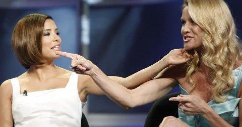 KORTERE HÅR: Eva Longoria (Gaby) har fått bob og barn i sesong fem av Frustrerte Fruer. Her ler hun og Nicolette Sheridan (Edie) mens de snakker om endringene i serien.