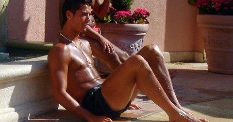 I OVERKANT: Cristiano Ronaldo nyter late dager i California. Han slapper så mye av i sola at han har fått en slags oransje brunfarge.