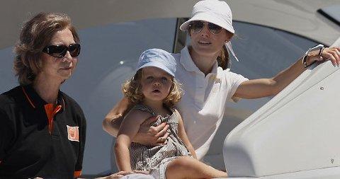 YACHT-LIV: Dronning Sofia, prinsesse Leonor og kronprinsesse Letizia ombord i den spanske kongefamiliens yacht. De nyter soldager på Mallorca.