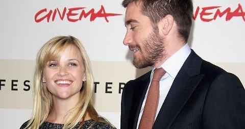 GIFTER DE SEG OGSÅ? De ferskeste Hollywoodryktene skal ha det til at Jake har fridd til Reese og endelig fått ja. Selv sier paret det bare er tull.