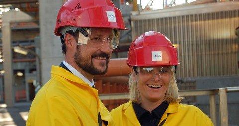 KOSTE SEG: Kronprins Haakon og kronprinsesse Mette-Marit koste seg sammen på fylkestur.