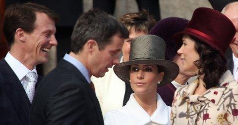 DAMER I HATT: Både prinsesse Marie og kronprinsesse Mary kom i flosshatt på oppdrag for kongehuset - er det det prins Joachim ler av?