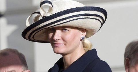 I HATT: I mørkeblå kåpe og hatt har Mette-Marit funnet en verdig stil som kronprinsesse.