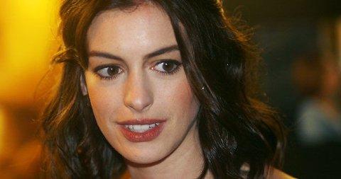 BEST KLEDD? Anne Hathaway og Gwyneth Paltrow var to store stjerner på den røde løper mandag kveld. Hvem var best kledd? Stem i saken!