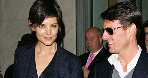 GJØR SOM POSH: Herredress og vest uten skjorte er trenden Katie Holmes og Victoria Beckham går for. Her er Katie på fest med Tom denne uken.