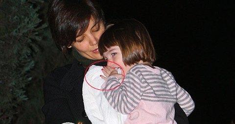 SJENERT: En litt småsjenert Suri klamret seg fast til mamma - men viste frem lanker med rød neglelakk.