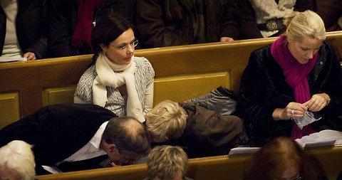 HVISKET: Marius lo og smilte i samtale med utenriksminister Jonas Gahr Støre under gudstjenesten søndag ettermiddag. Men hva hvisker de om?