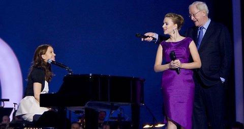 FANT TONEN: Marit Larsen fant definitivt tonen med superstjernene Scarlett Johansson og Michale Caine under torsdagens Nobelpriskonsert.