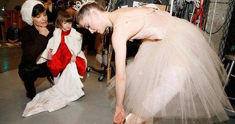STAS: Suri fikk lov til å komme backstage og se på ballerinaene i Nøtteknekkeren. Mamma Katie var selvsagt med.